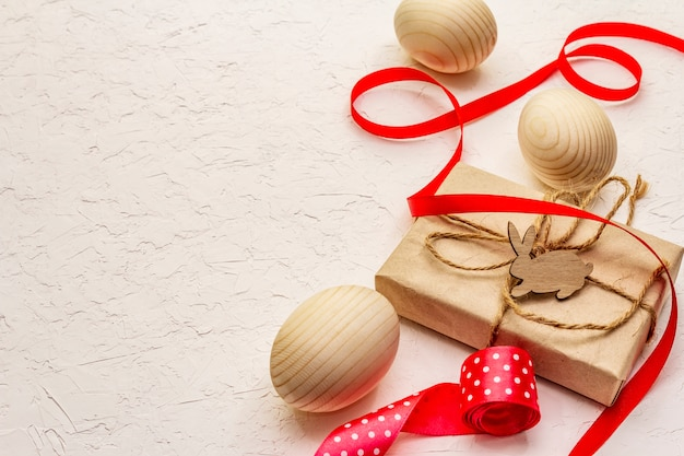 Wielkanocna koncepcja zero marnotrawstwa. drewniane jajka, prezenty z papieru rzemieślniczego. nie plastikowy, ekologiczny trend. białe tło kit