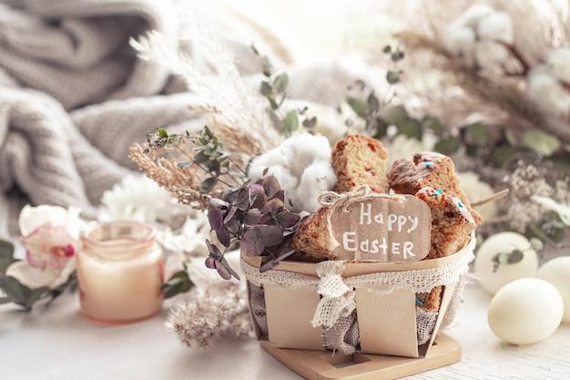Wielkanocna martwa natura z kawałkami świątecznej babeczki, jajek i kwiatów. koncepcja wakacji wielkanocnych.