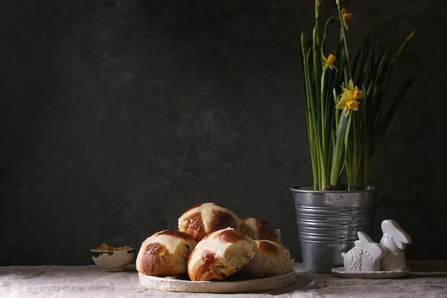 Wielkanocne bułeczki z gorącym krzyżem