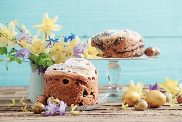 Wielkanocne ciasta i jajka na niebieskim tle drewnianych