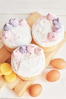 Wielkanocne ciasta, jajka i makaroniki na stole
