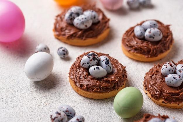 Wielkanocne ciasteczka w kształcie gniazda z jajkami