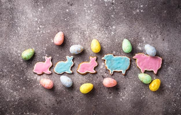 Wielkanocne ciasteczko w kształcie królika i owiec