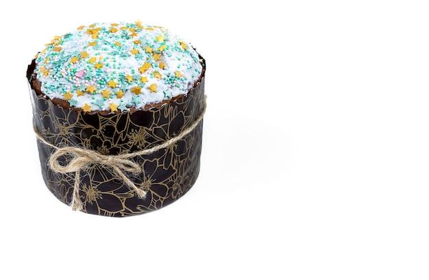 Wielkanocne ciasto z wielobarwnym cukrem posypki na białej powierzchni na białym tle