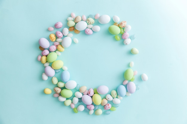 Wielkanocne cukierki czekoladowe jajka i słodycze żelkowe