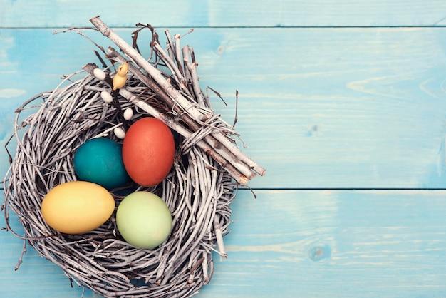 Wielkanocne gniazdo z wieloma kolorowymi jajkami