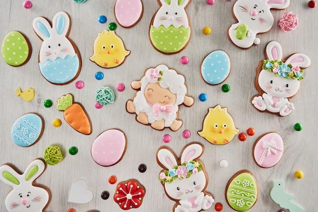 Wielkanocne imbirowe szkliwione ciasteczka i cukierki.