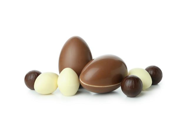 Wielkanocne jajka czekoladowe na białym tle na białej powierzchni