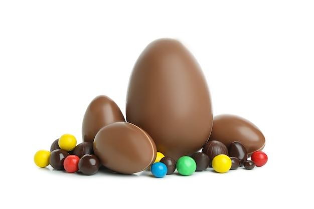 Wielkanocne jajka czekoladowe z cukierkami na białym tle