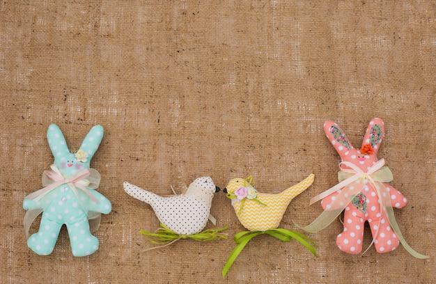 Wielkanocne króliki i ptaki z tkanin. skopiuj miejsce