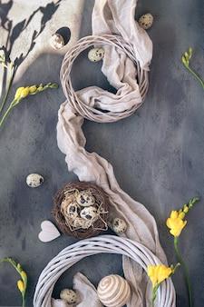 Wielkanocne mieszkanie leżało z jajkami przepiórczymi, tekstyliami lnianymi, tłem w kształcie serca