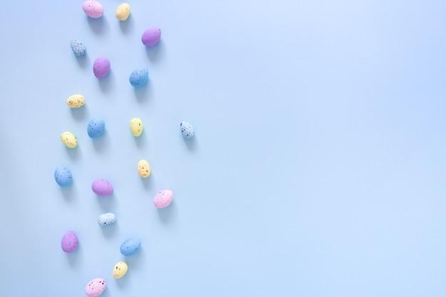 Wielkanocne mieszkanie leżało z kolorowymi jajkami na niebiesko
