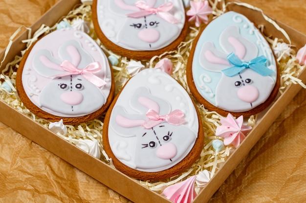Wielkanocne pierniki szkliwione w kształcie jajka i królika