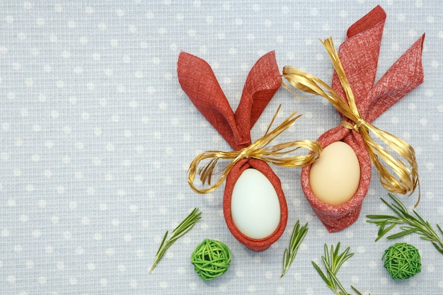 Wielkanocne pisanki i słodycze na jasnym tle