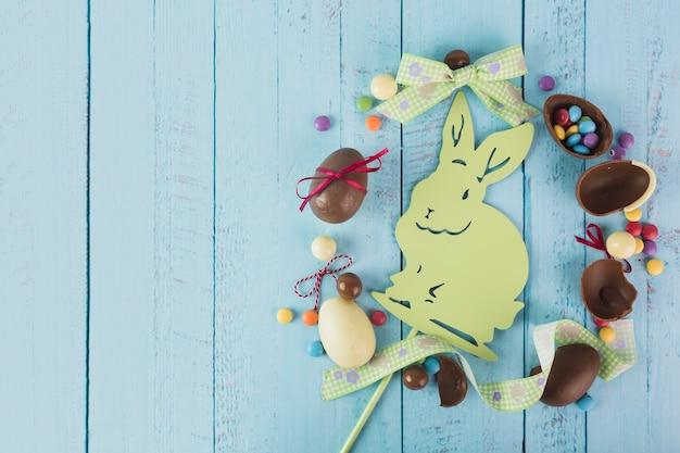 Wielkanocne słodycze i wstążki wokół królika