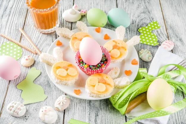 Wielkanocne śniadanie dla dzieci z kanapkami z królika