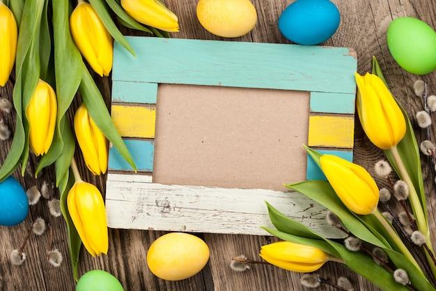 Wielkanocne tło z pustą ramką na drewnianym tle