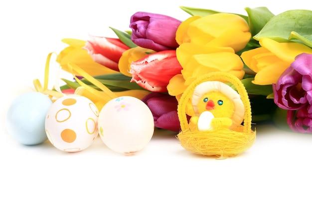 Wielkanocne wiosenne tulipany tło kurczaka kolorowe jajka