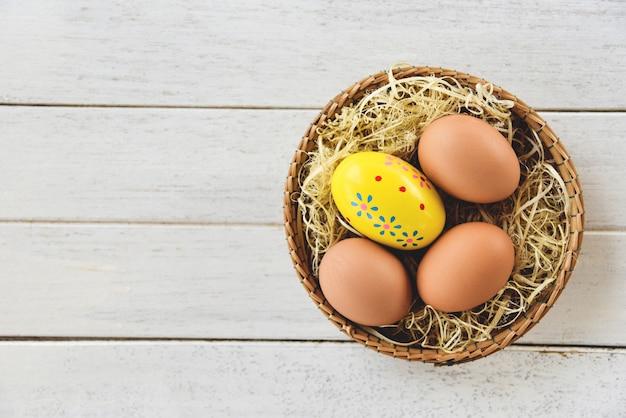 Wielkanocnego jajka i kurczaka jajka w kosza gniazdeczku