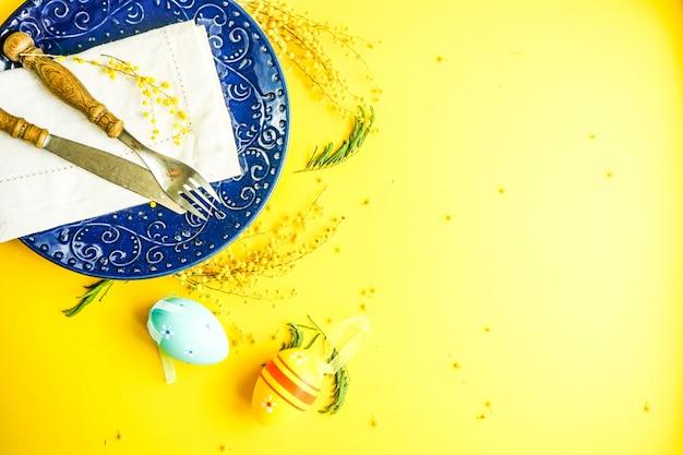 Wielkanocnego wakacje jajko i koloru żółtego tło