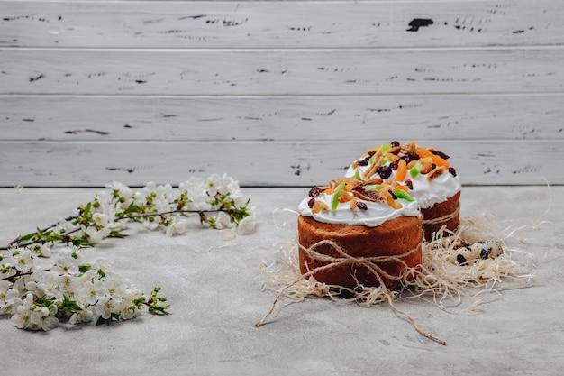Wielkanocni ciasta i jajka na betonowym tle