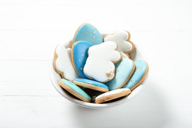 Wielkanocni ciastka w talerzu na betonowym tle. króliczki wielkanocne. miejsce na tekst. widok z góry. miejsce na tekst. pisanki.