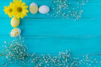 Wielkanocni jajka blisko kwiat gałąź