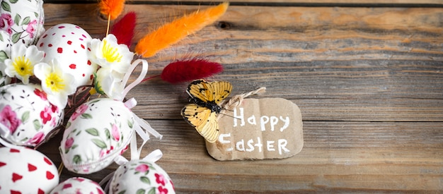 Wielkanocni jajka na drewnianym stole