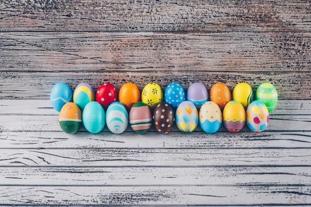 Wielkanocni jajka na lekkim drewnianym tle.