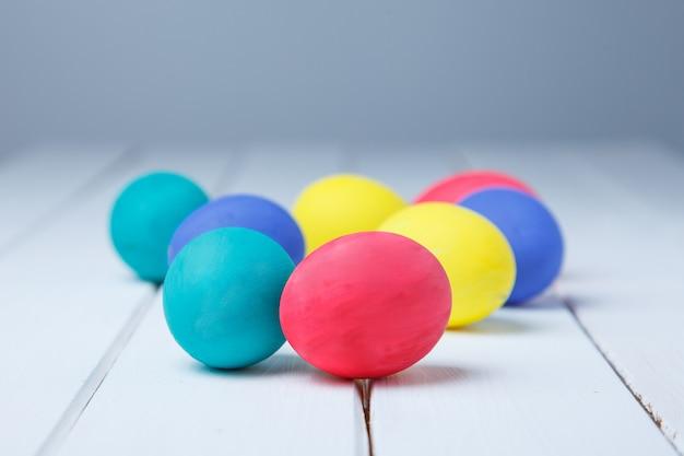 Wielkanocni jajka na stołowym zakończeniu up. wesołych świąt wielkanocnych