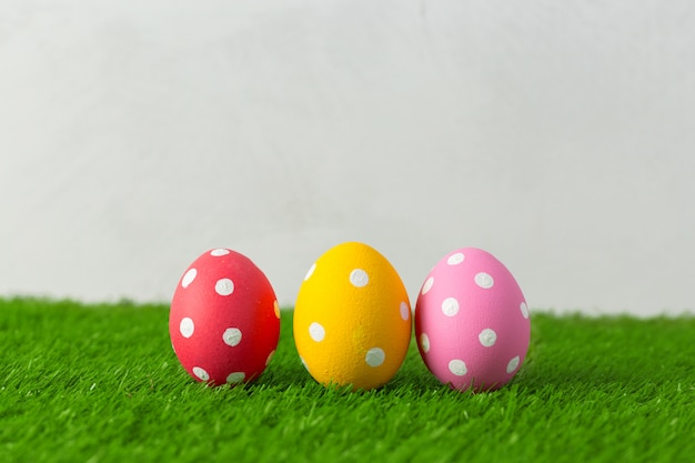 Wielkanocni jajka na trawie