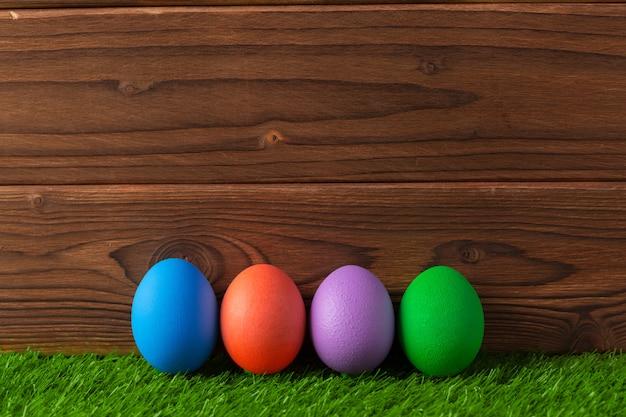 Wielkanocni jajka na trawy tle