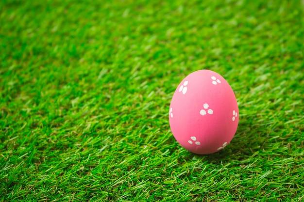 Wielkanocni jajka na zielonej trawie.