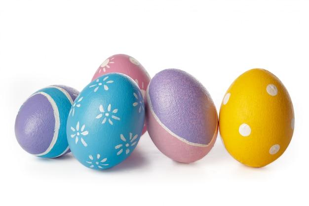 Wielkanocni jajka odizolowywający na bielu