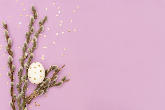 Wielkanocni jajka w gniazdeczku trawa. niebieskie tło kopiowanie miejsca