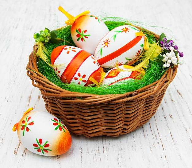 Wielkanocni jajka w koszu