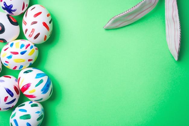 Wielkanocni jajka w zielonym tle. zajączek wielkanocny. królik. wielkanocne pomysły. pisanki. miejsce na tekst.
