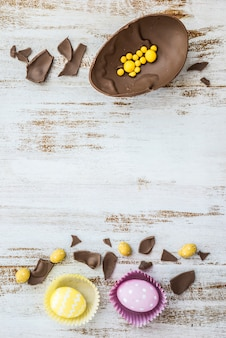 Wielkanocni jajka z czekoladowym jajkiem na stole
