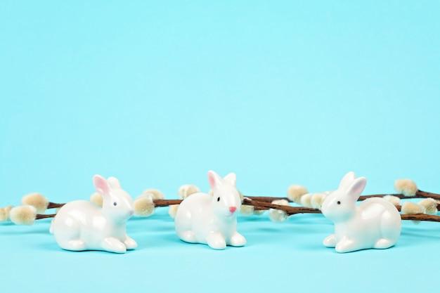 Wielkanocni króliki nad pastelowym tłem