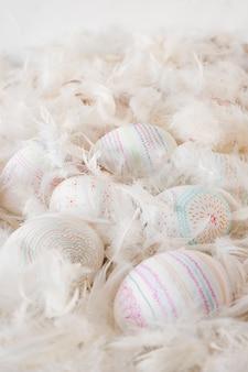 Wielkanocni kurczaków jajka między stertą dutki