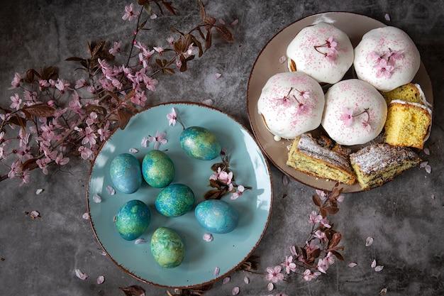 Wielkanocny chleb i jajka z kwitnącymi gałązkami. motyw wiosenny