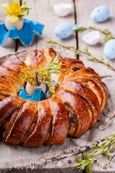 Wielkanocny chleb z dekoracją jajka i kwiatami