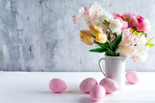 Wielkanocny kartka z pozdrowieniami tło z kolorowymi wiosna kwiatami na białym tle