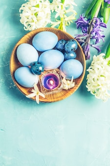 Wielkanocny kartka z pozdrowieniami z barwionymi błękitnymi jajkami