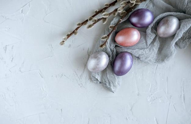 Wielkanocny kartka z pozdrowieniami z kolorowymi wielkanocnymi jajkami. widok z góry z miejscem na tekst.