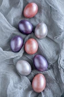 Wielkanocny kartka z pozdrowieniami z kolorowymi wielkanocnymi jajkami.