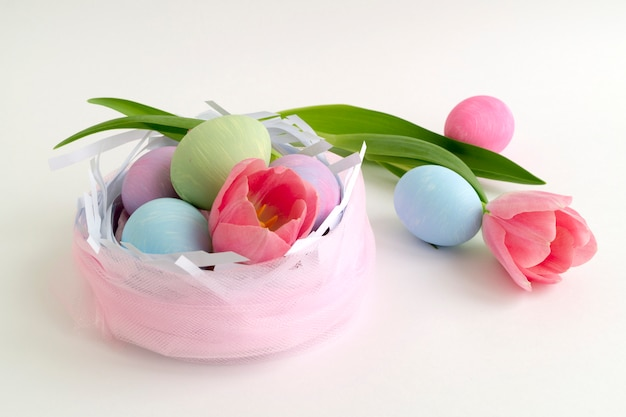 Wielkanocny kolor malujący jajka na białym tle.