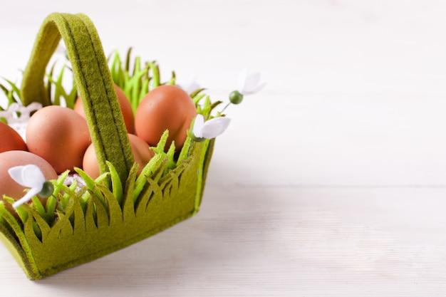 Wielkanocny kosz jajek