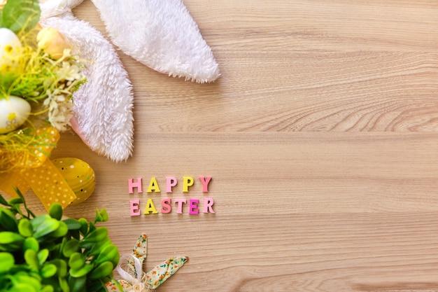Wielkanocny koszyk z jajkami na podłoże drewniane