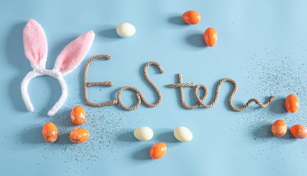 Wielkanocny kreatywny napis na niebieską ścianą